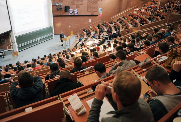Viele Uni-Absolventen scheuen Direkteinstieg in Beruf (© 2015 AFP)