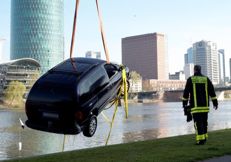 Auto stürzt in Frankfurt in den Main - ein Toter (© 2015 AFP)