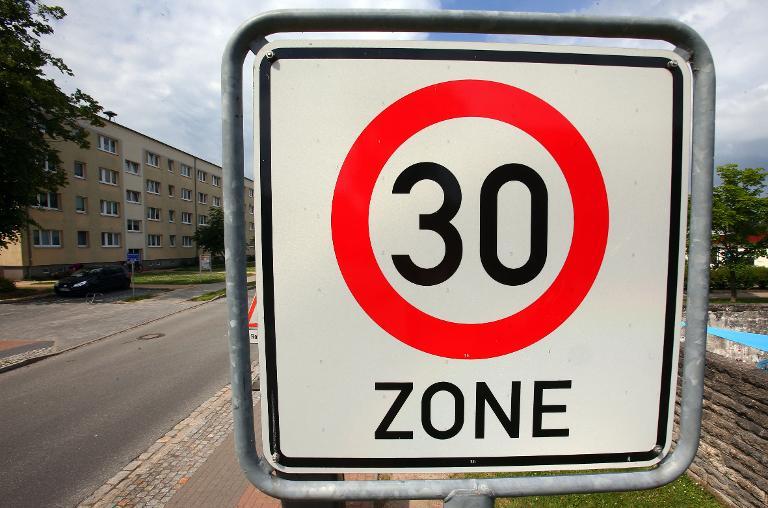 Autofahrer rast in Berlin mit 130 km/h durch 30er-Zone (© 2015 AFP)