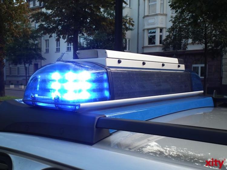 Beim dritten Versuch gelang es, einem der Tatverdächtigen den Fahrer eines schwarzen VW Golf aus seinem Wagen zu locken (xity-Foto: M. Völker)
