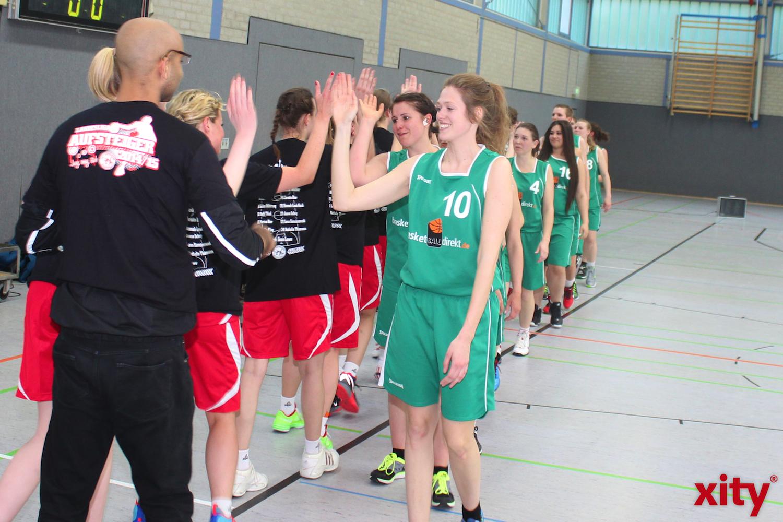 Die Hülser Basketballerinnen gratulierten den Aufsteigern nach einem guten Spiel. (xity-Foto: H.Müller)