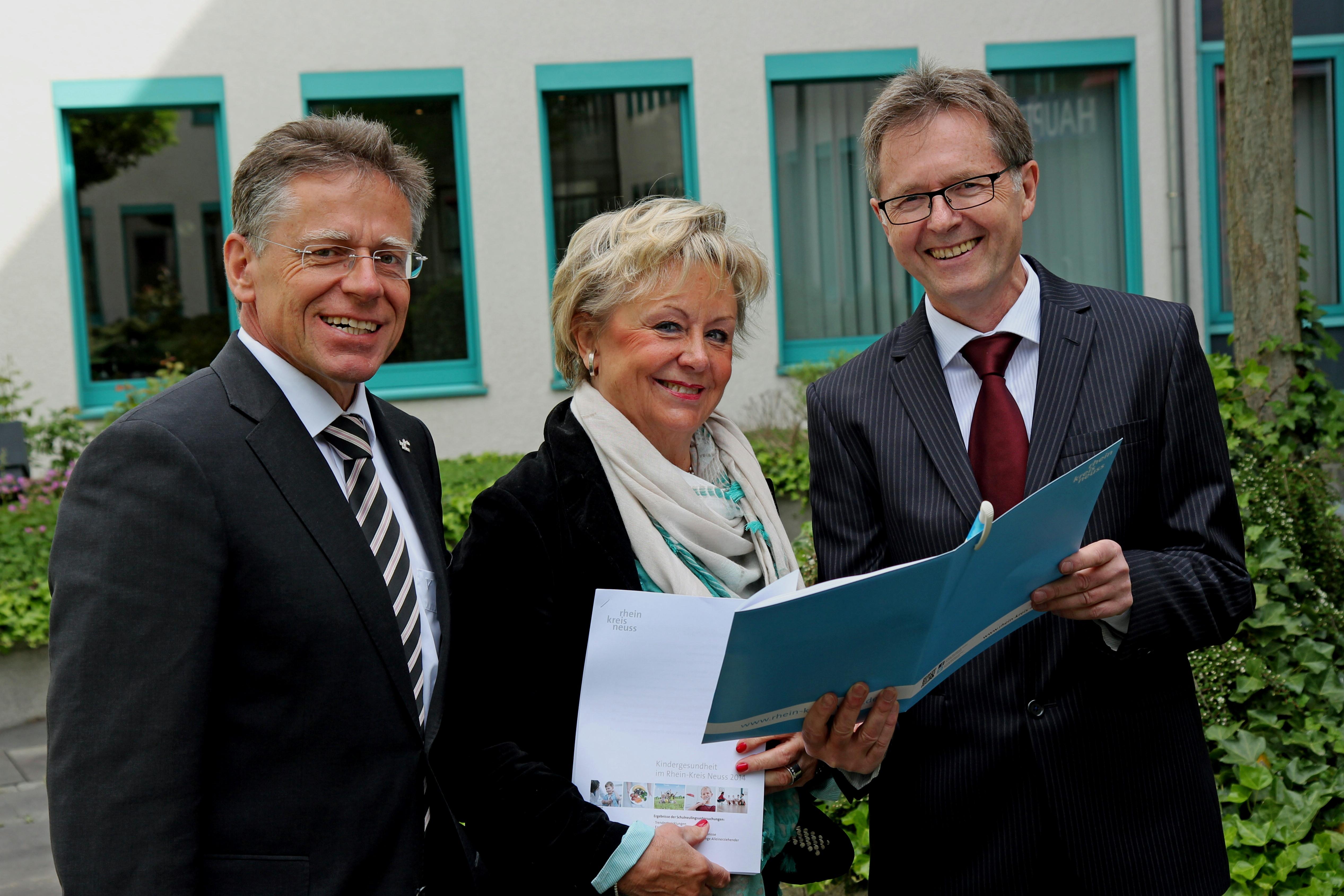 Ergebnisse der Schulneulingsuntersuchungen vorgelegt (von links): Landrat Hans-Jürgen Petrauschke, Dr. Beate Klapdor-Volmar und Dezernent Karsten Mankowsky (Foto: Rhein-Kreis Neuss)