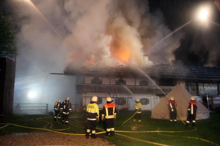 Sechs Vermisste nach Großbrand in Bayern (© 2015 AFP)