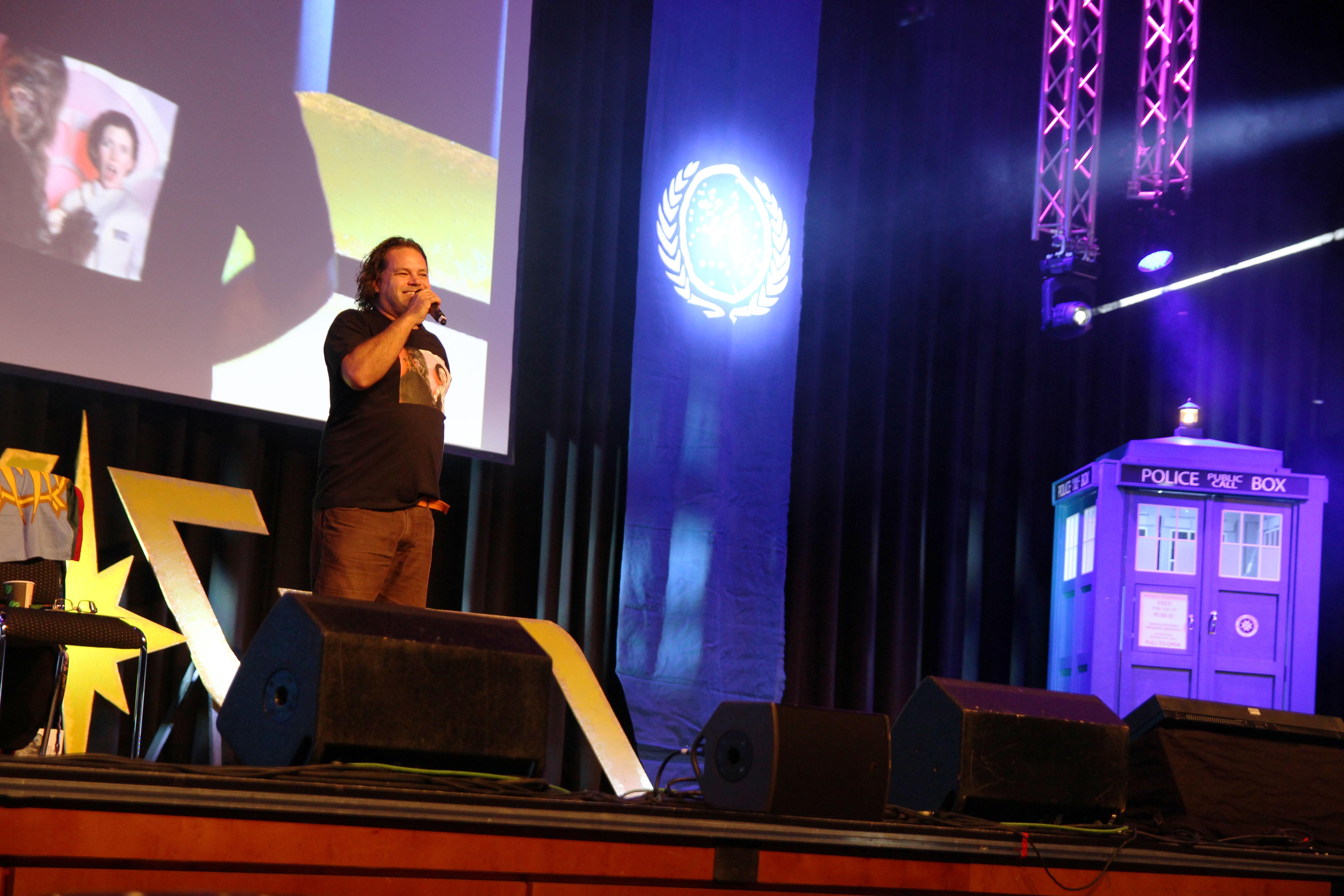 Star Gäste wie Aaron Douglas (Battlestar Galactica) stehen auf der Bühne Rede und Antwort (Foto: xity)