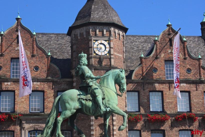 """Die """"Schuldenuhr"""" am Rathaus stand über Pfingsten aufgrund einer technischen Störung still (Foto: xity)"""