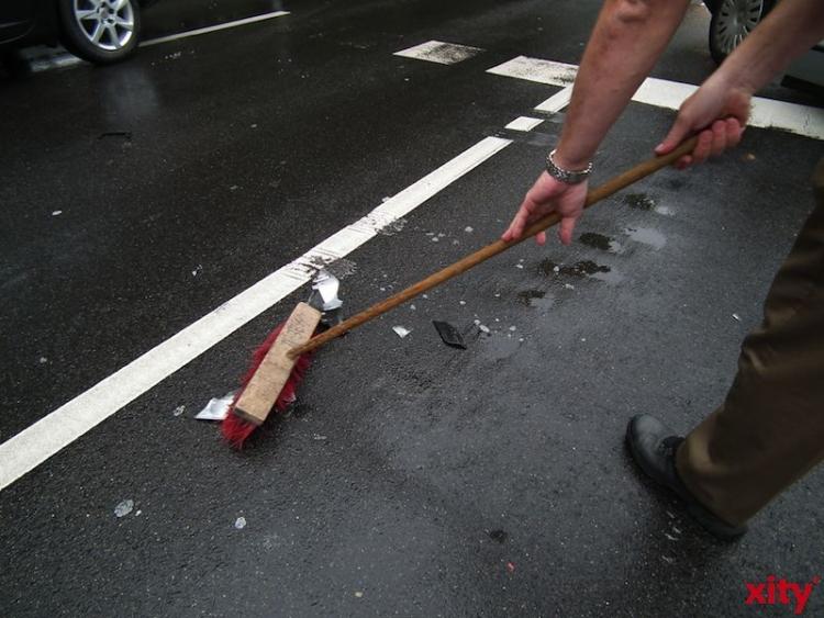 Der Smart stürzte auf die Seite, touchierte einen geparkten Audi und kam entgegen der Fahrtrichtung zum Liegen (Foto: xity)