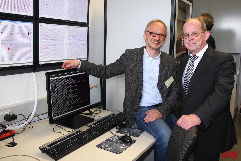 Dr. Klaus Lehmann und Prof. Dr. Josef Klostermann bei der Inbetriebnahme des Erdbebenalarmsystems (Foto:xity)