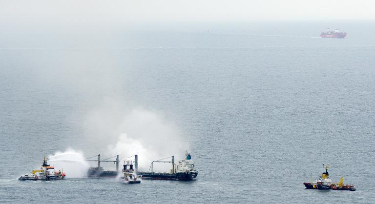 Löscharbeiten auf Frachter vor Helgoland fortgesetzt (© 2015 AFP)