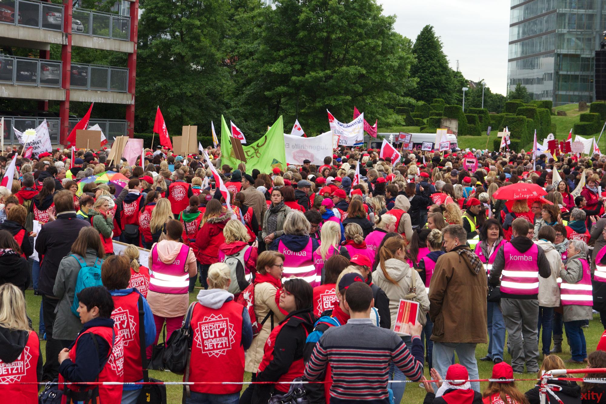Rund 21. 000 Teilnehmer versammelten sich vor dem Düsseldorfer Landtag (Foto: xity)