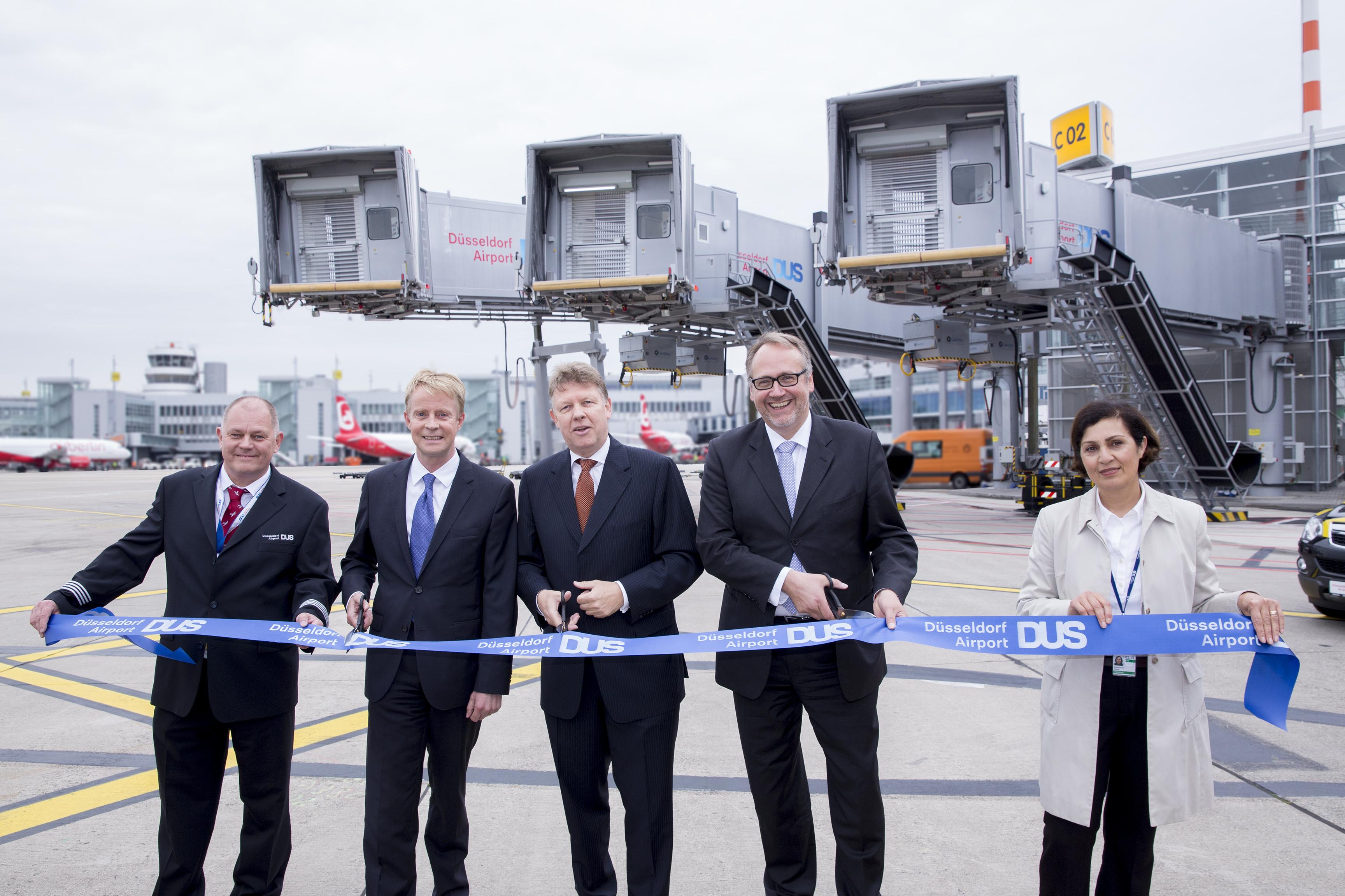 """""""Ribbon Cutting"""" anlässlich der Eröffnung der neuen A380-Abfertigungsposition (Foto: Düsseldorf Airport)"""