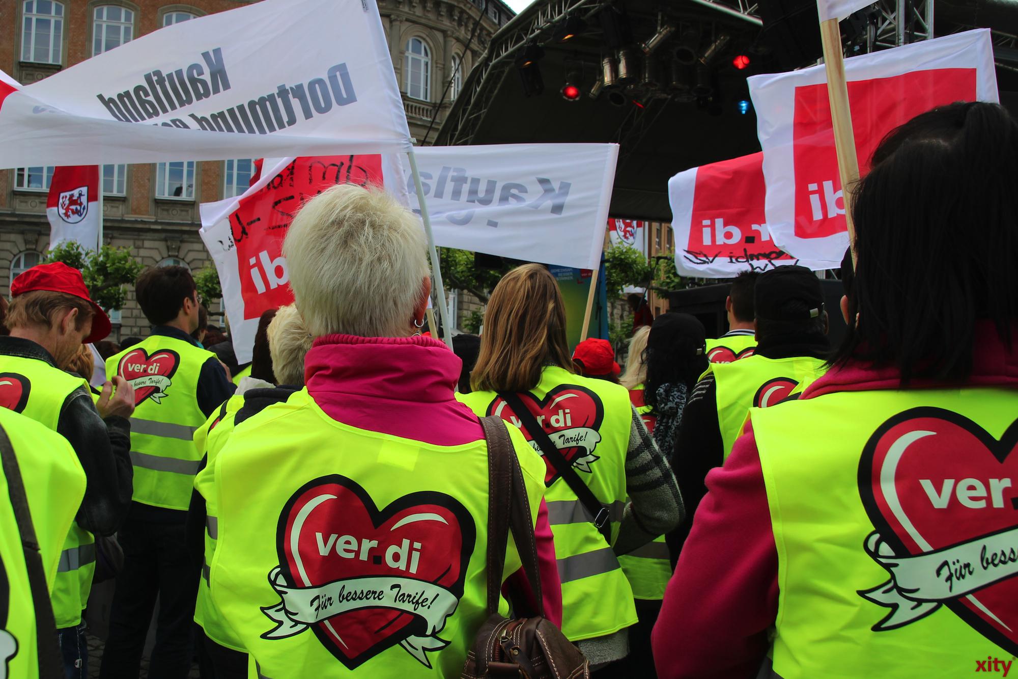 Mit Plakaten und Fahnen verliegen die Streikenden ihrer Meinung Ausdruck(Foto: xity)