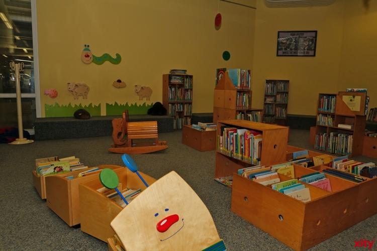 """Kai Lüftner liest in der Kinder- und Jugendbibliothek aus seinem Buch """"Das Kaff der guten Hoffnung"""" (Foto: xity)"""