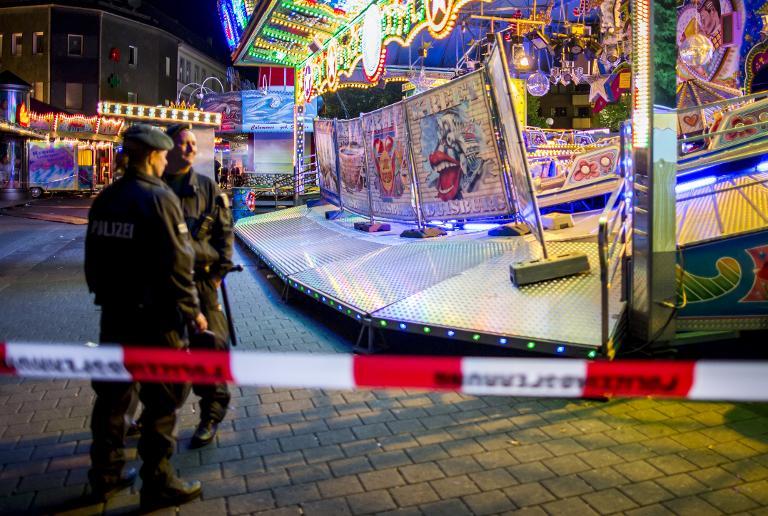 Vier Schwerverletzte bei Unfall auf Kirmes in Oberhausen (© 2015 AFP)