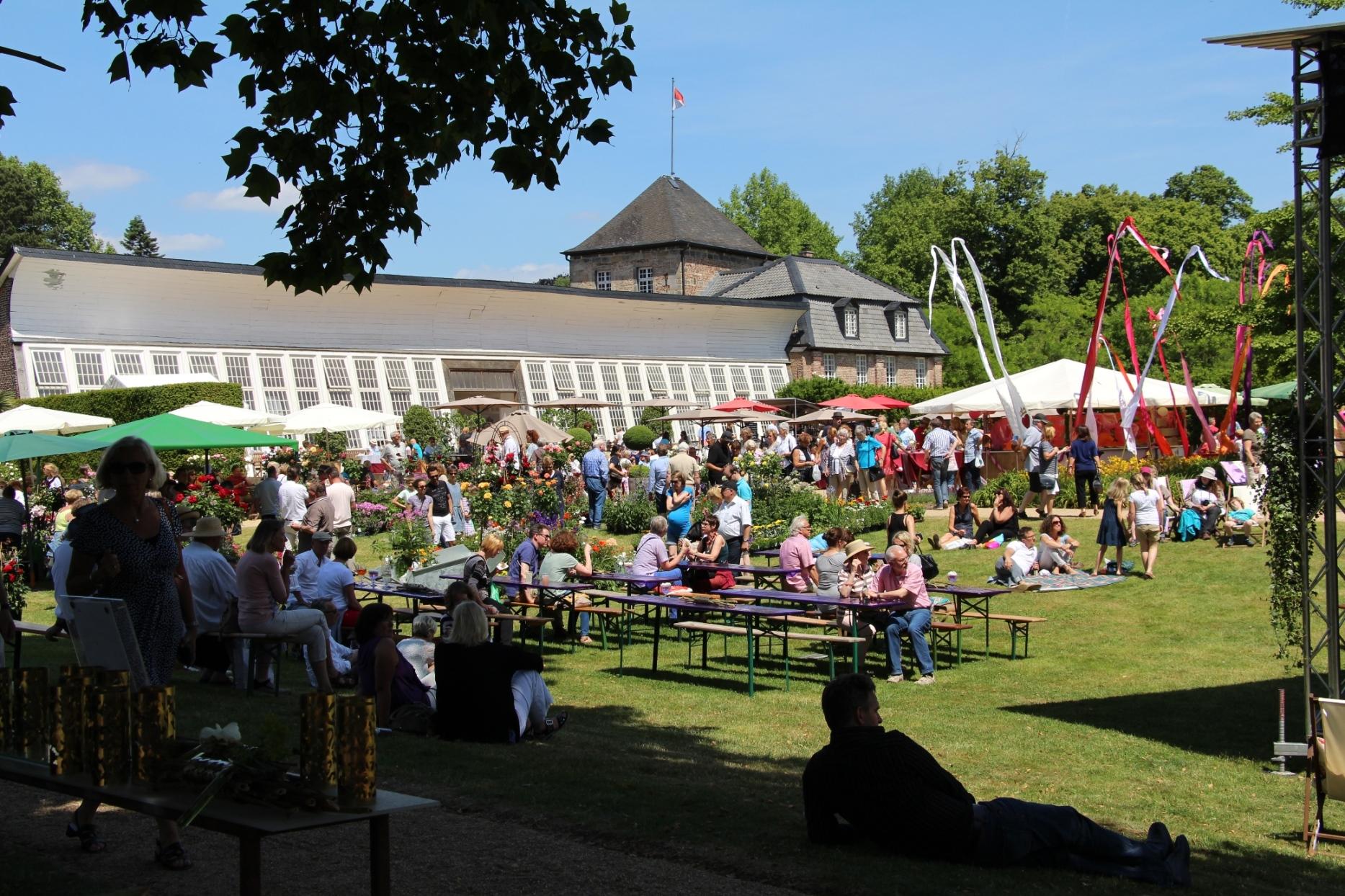 """Rund 17.000 Besucher flanierten bei strahlendem Sonnenschein über den Gartenmarkt """"Gartenlust"""" (Foto: Schloss Dyck)"""