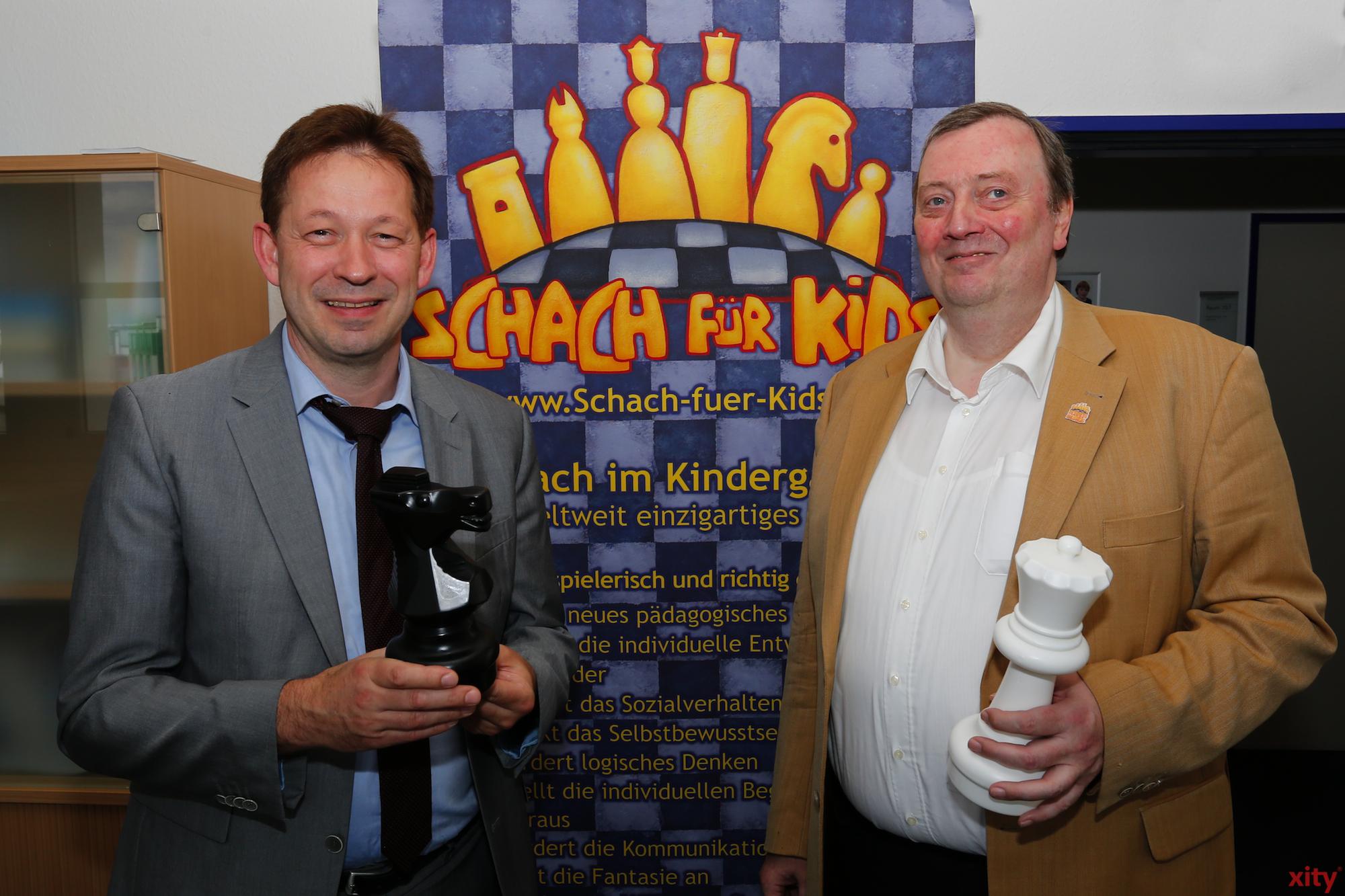 Burkhard Hintzsche (l.) und Ralf Schreiber stellen Schach für Kids vor (Foto: xity)