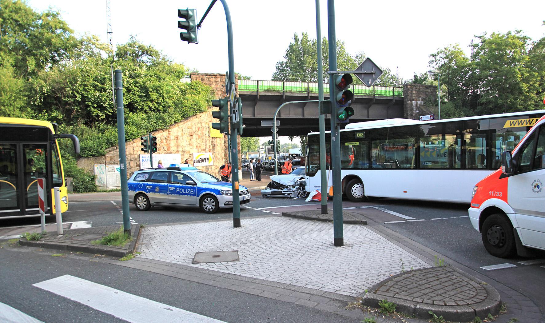 PKW kollidiert mit mit Linienbus (Foto: OTS)