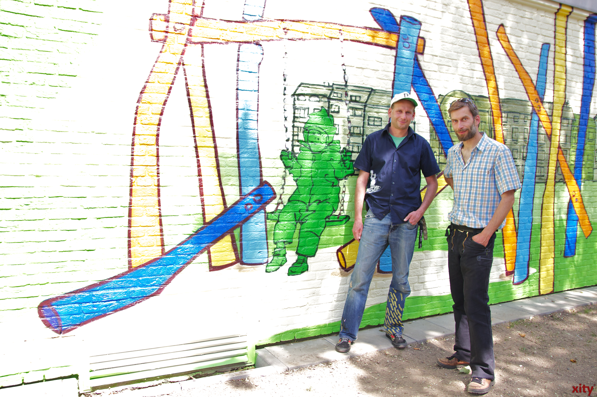 Die Brüder Marc und Joe Hennig gestalteten die angrenzende Trafostation der Stadtwerke so um, dass sie zum Gesamtbild des Spielplatzes passt (Foto: xity)
