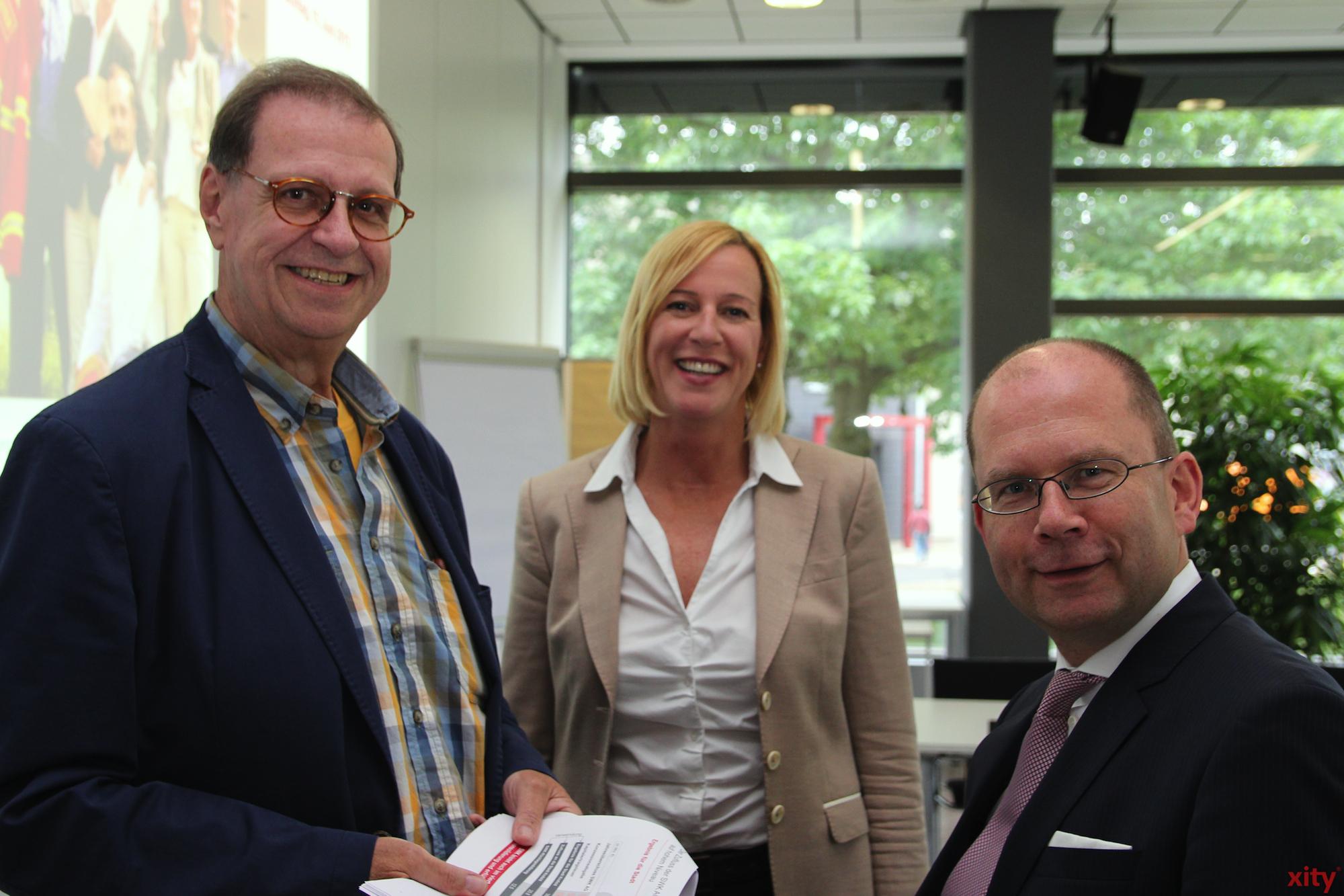 v.l Aufsichtsvorsitzender Ulrich Hahnen und Kerstin Abraham und Carsten Liedtke vom Vorstand der SWK stellen die Positiven und Negativen Zahlen vor. (Foto: xity)