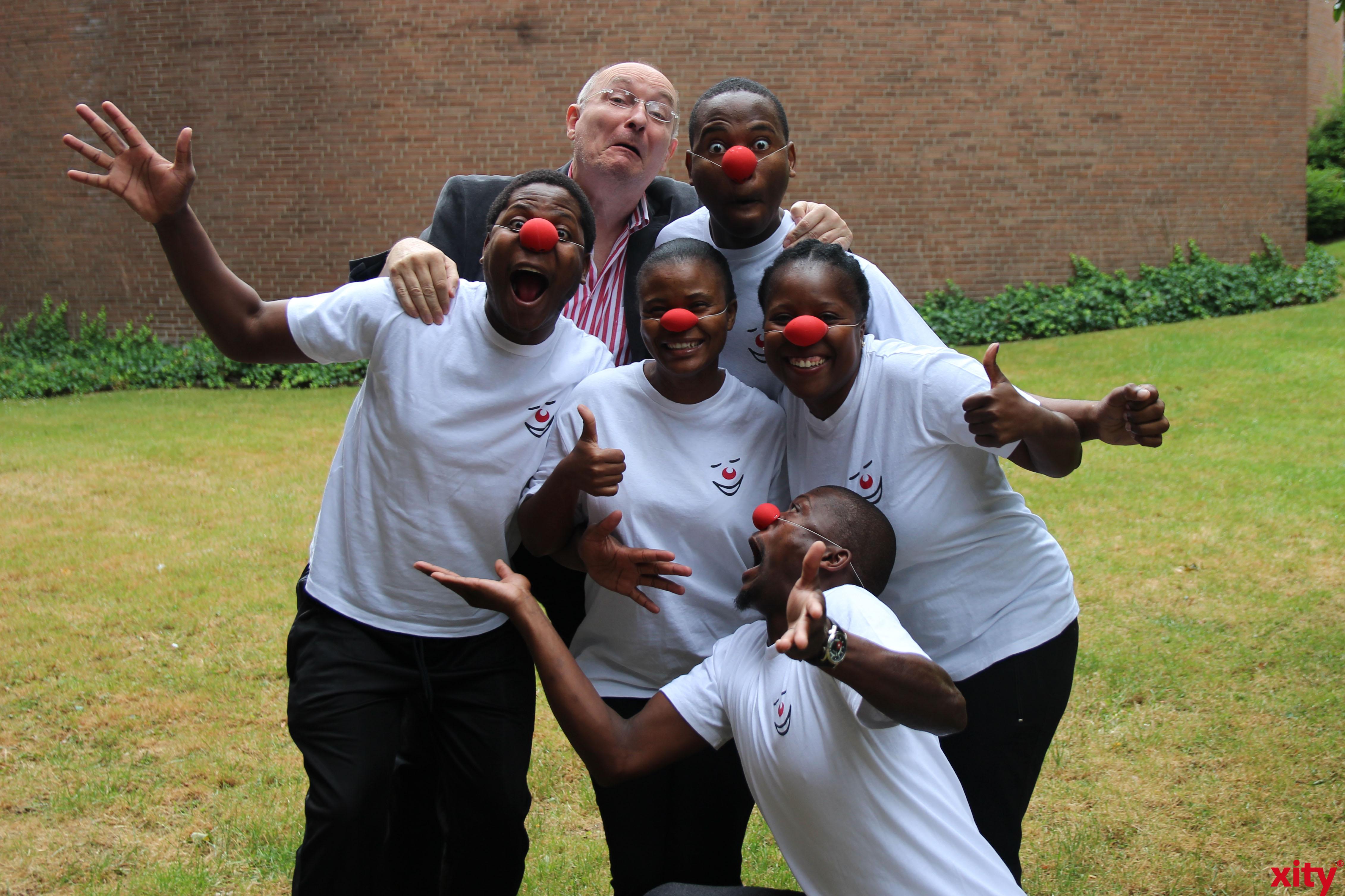 Pantomimen Nemo alias Wolfgang Neuhausen mit der Gruppe Mpumalanga (Foto: xity)