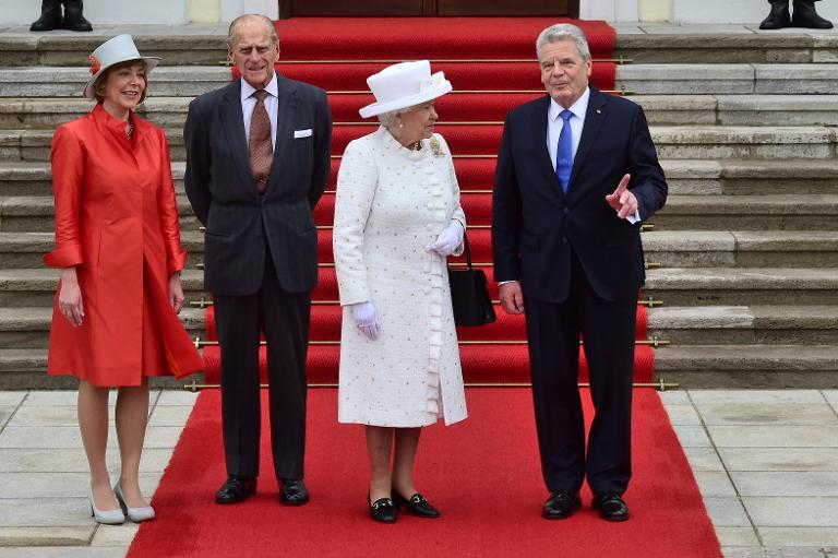 Gauck begrüßt Königin Elizabeth II. in Berlin (© 2015 AFP)