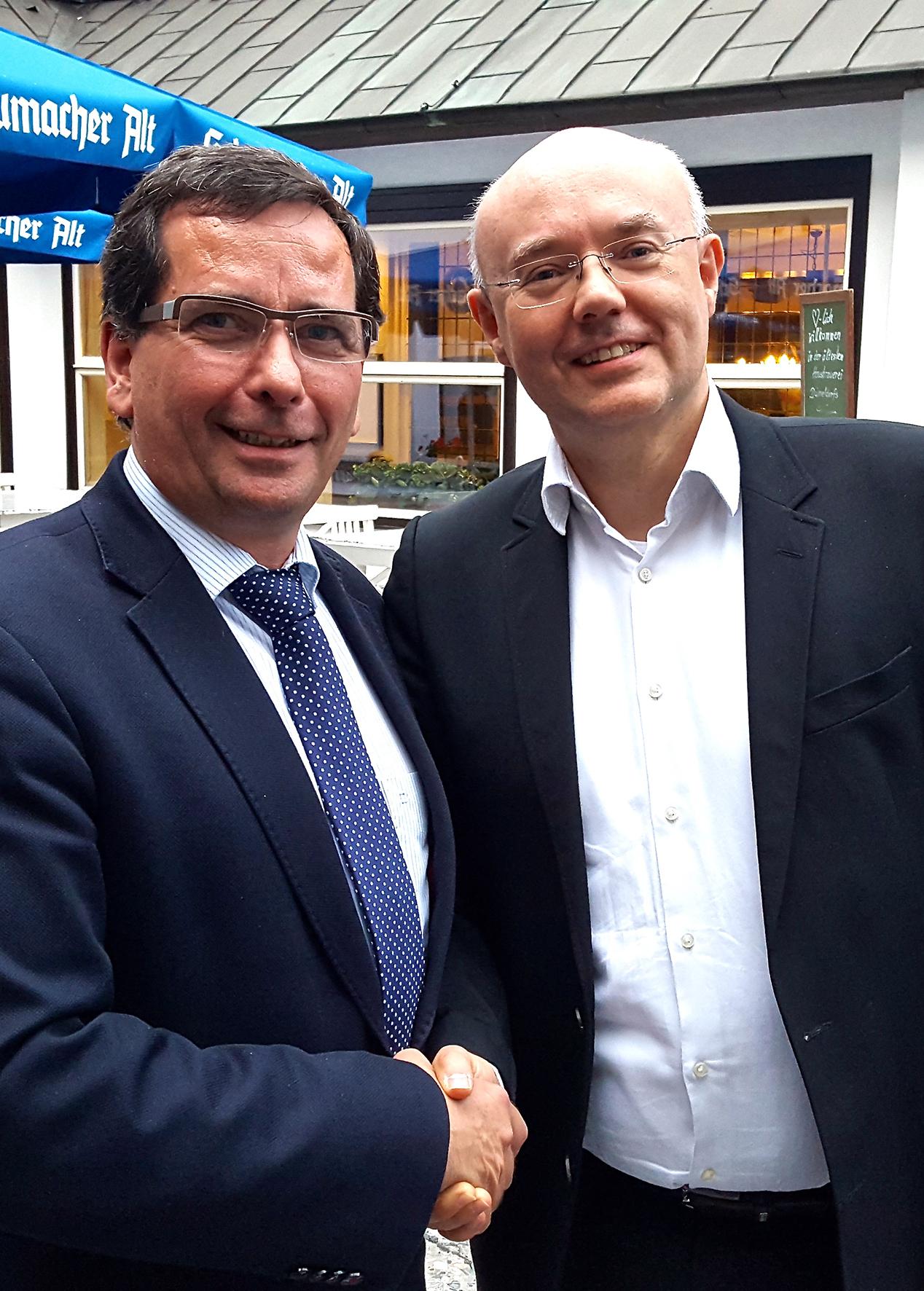 Präsident Michael Schweers gratuliert dem neuen Geschäftsführer Markus Schwarz zu seiner Wahl (Foto: Prinzengarde Blau-Weiss)
