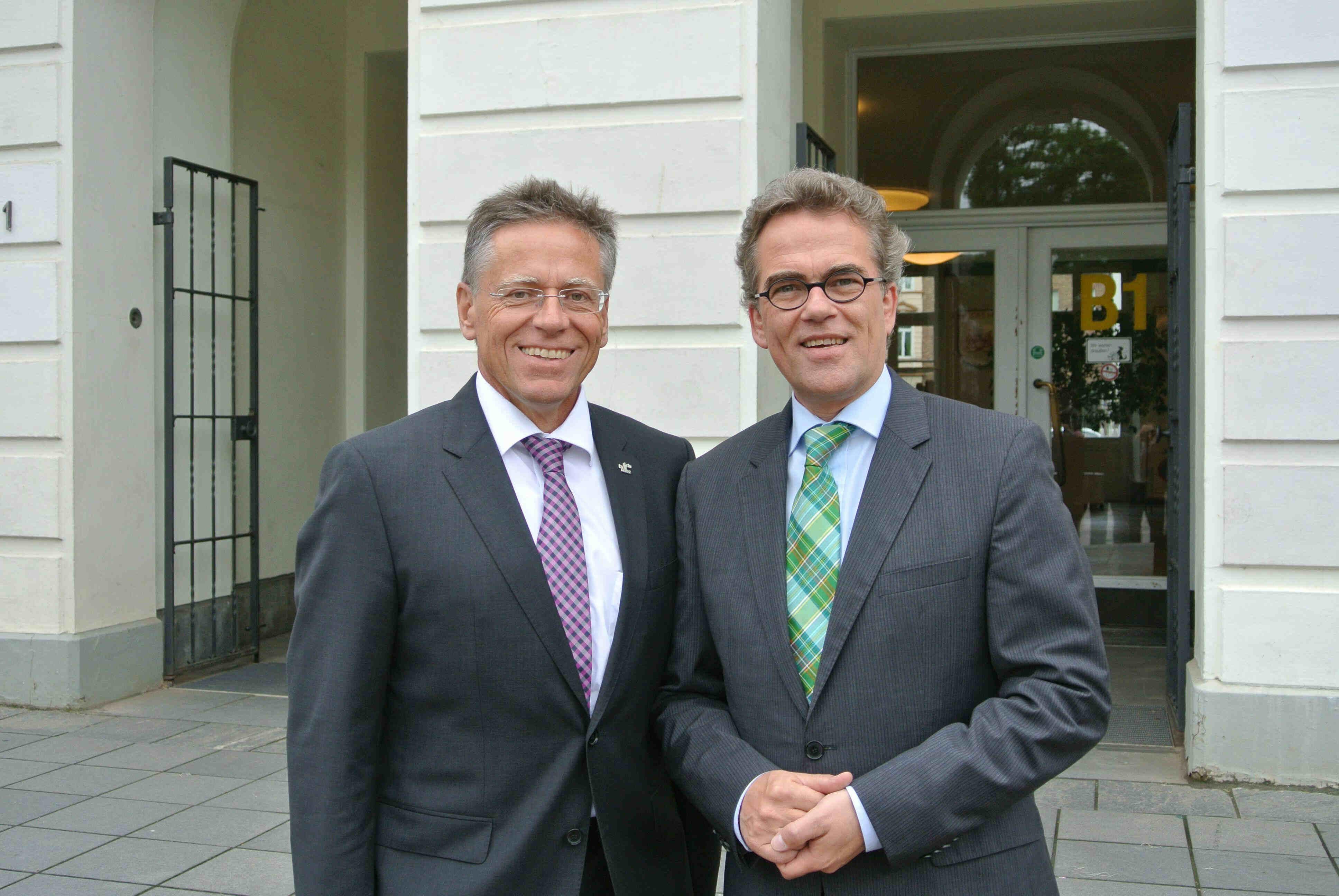 Landrat Hans-Jürgen Petrauschke (l.) folgt auf Oberbürgermeister Gregor Kathstede als Vorsitzender der Standort Niederrhein GmbH.