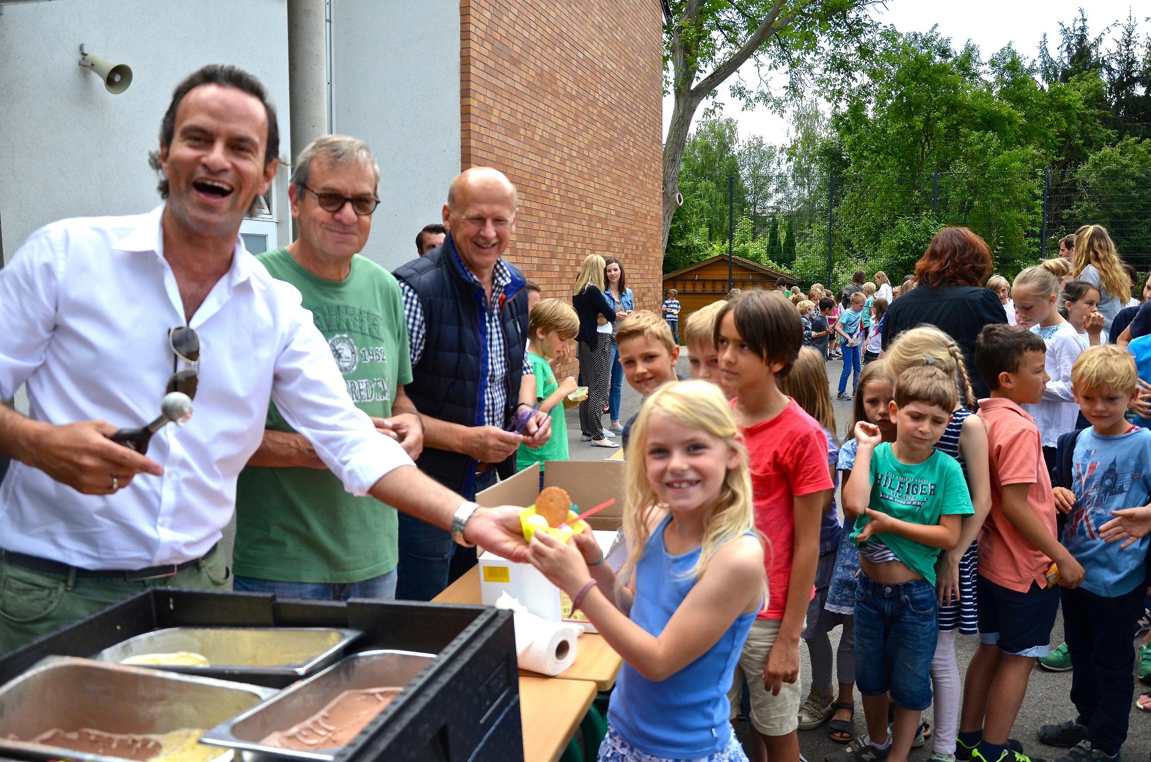 Tonnengarde Niederkassel verteilt Eis zum Ferienstart (Foto: Tonnengarde Niederkassel)