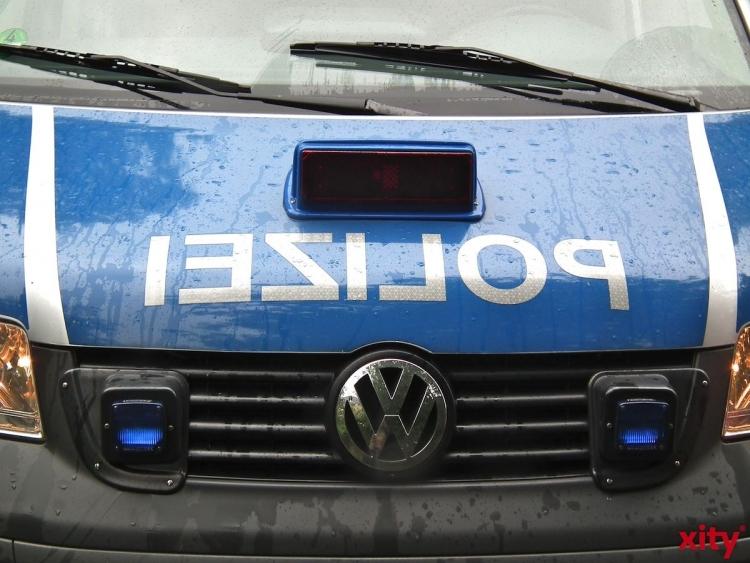 Lieferwagen schleuderte in Lierenfeld gegen Geschäftsfassade (Foto: xity)