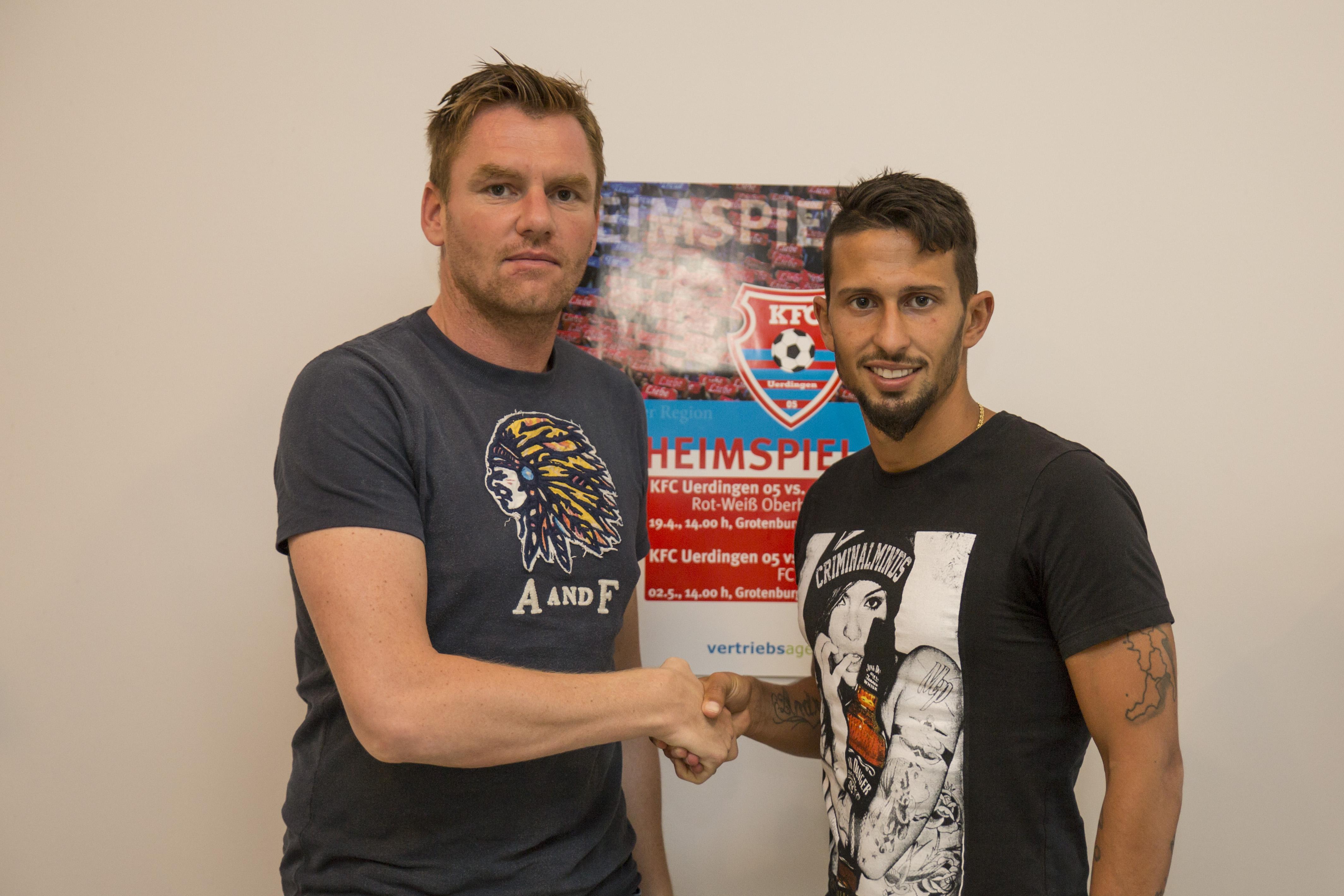 Fabio Fahrian mit Trainer Michael Boris nach der Unterschrift der Vertragsverlängerung.  (Foto: Christian Scholz KFC Uerdingen 05)