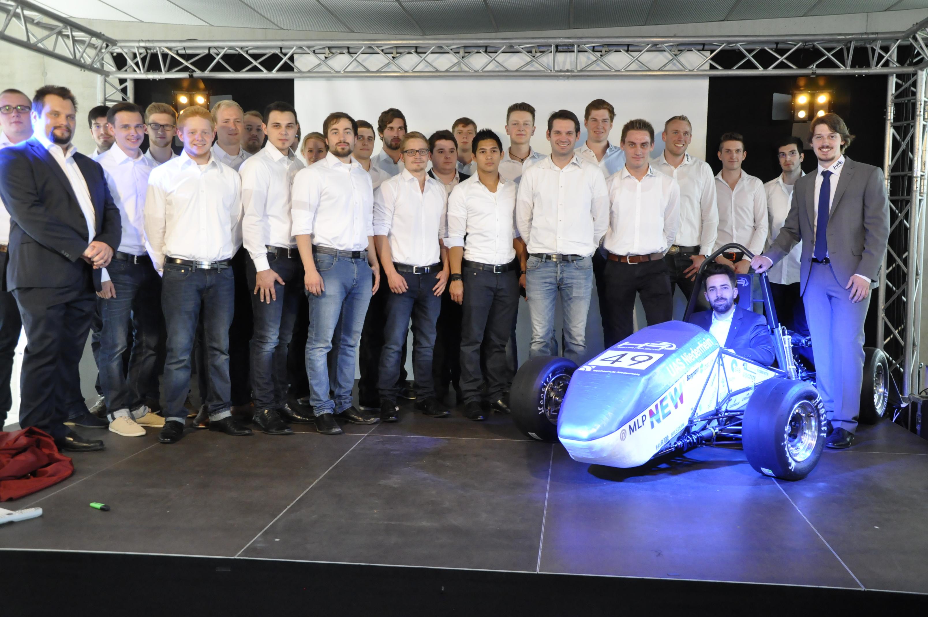 Das Formula-Student-Team und der neue RS-15c. (Foto: Hochschule Niederrhein)