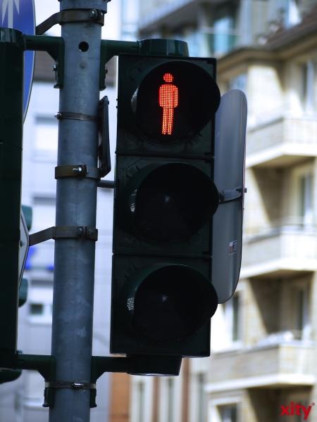 Sie sah auf der Graf-Adolf-Straße die Straßenbahn der Linie 715, die sie noch erreichen wollte und lief bei Rotlicht über die Straße (Foto: xity)