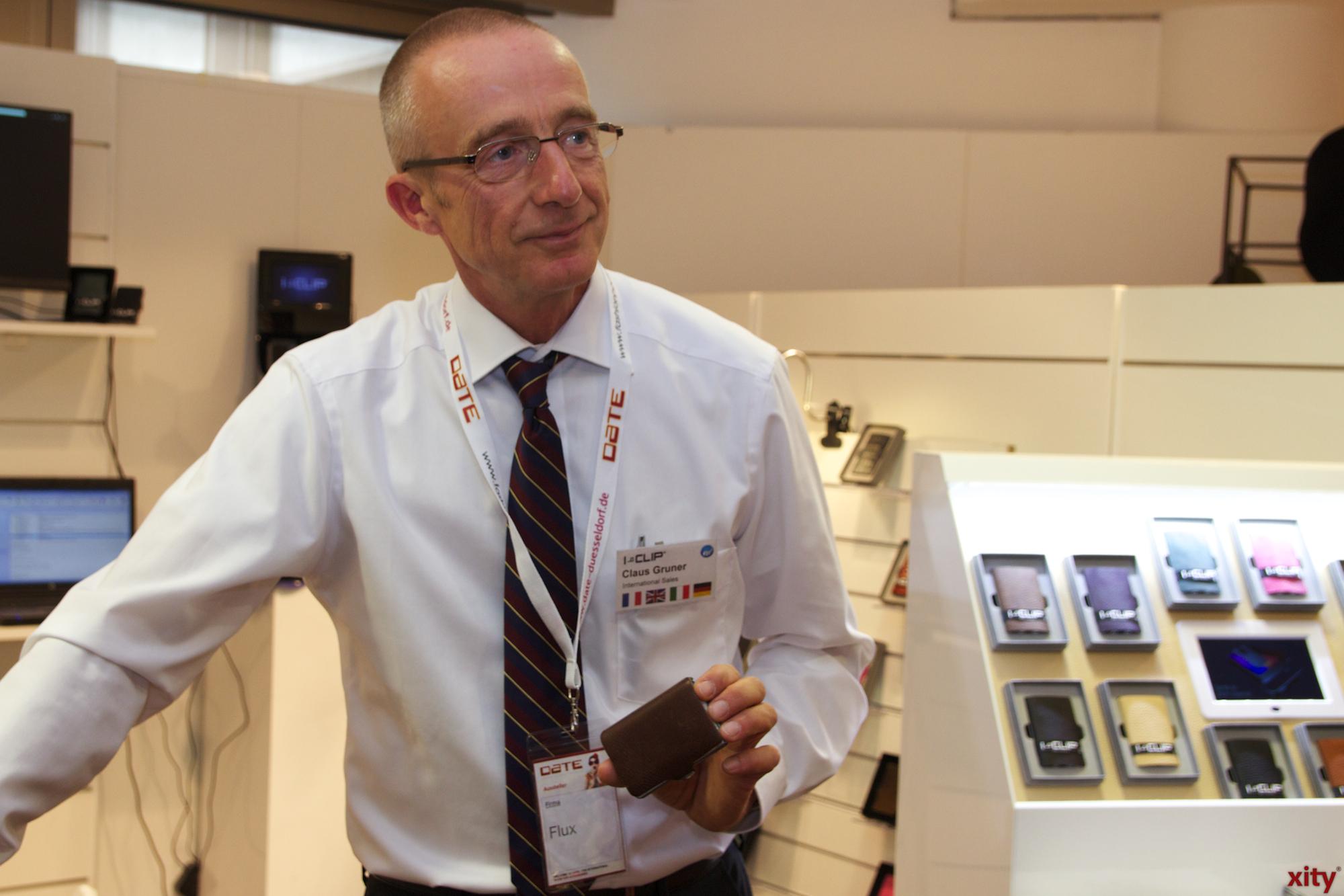 Claus Gruner stellte auf der Messe den neuen I-Clip, ein Karten-Etui für Männer, vor.  (Foto: xity)