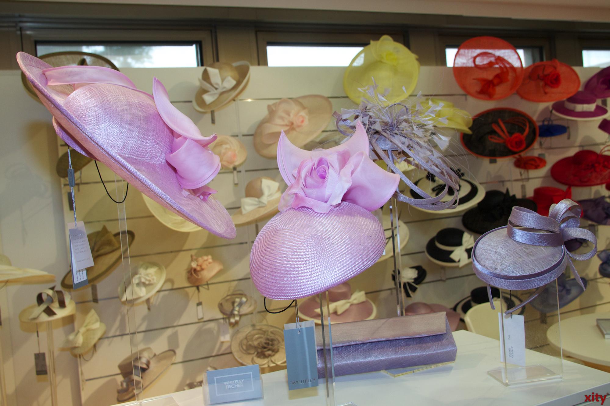 Auch bei festlichen Hüten werden die neusten Trends präsentiert. (Foto: xity)