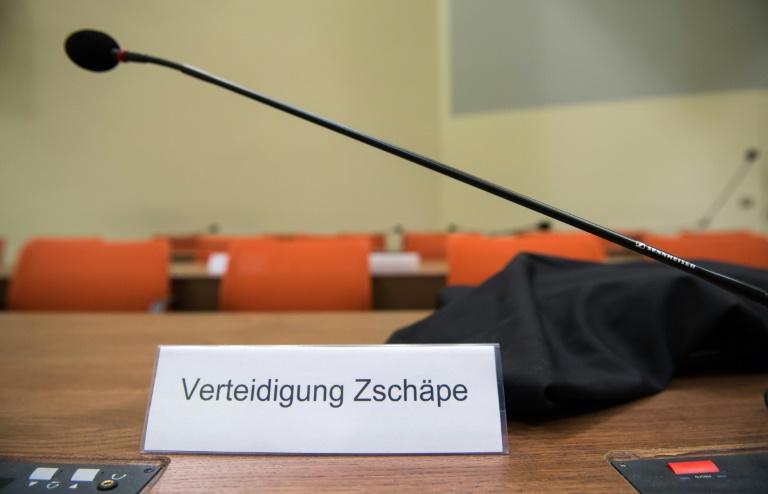 Beate Zschäpe zeigt ihre drei Pflichtverteidiger an (© 2015 AFP)