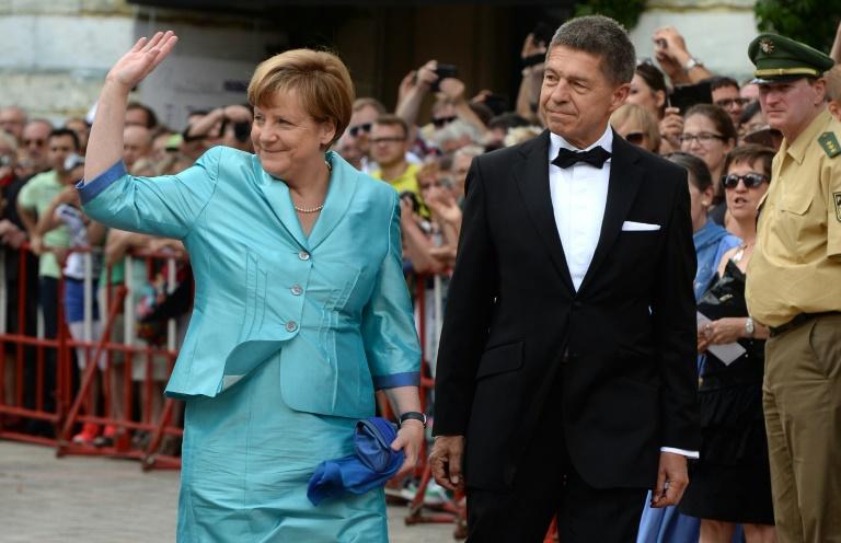 Stuhl kollabiert unter Kanzlerin - Merkel wohlauf (© 2015 AFP)
