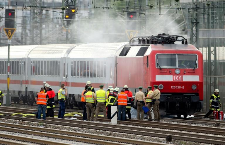 Brennende IC-Lok legt Berufsverkehr in München lahm (© 2015 AFP)