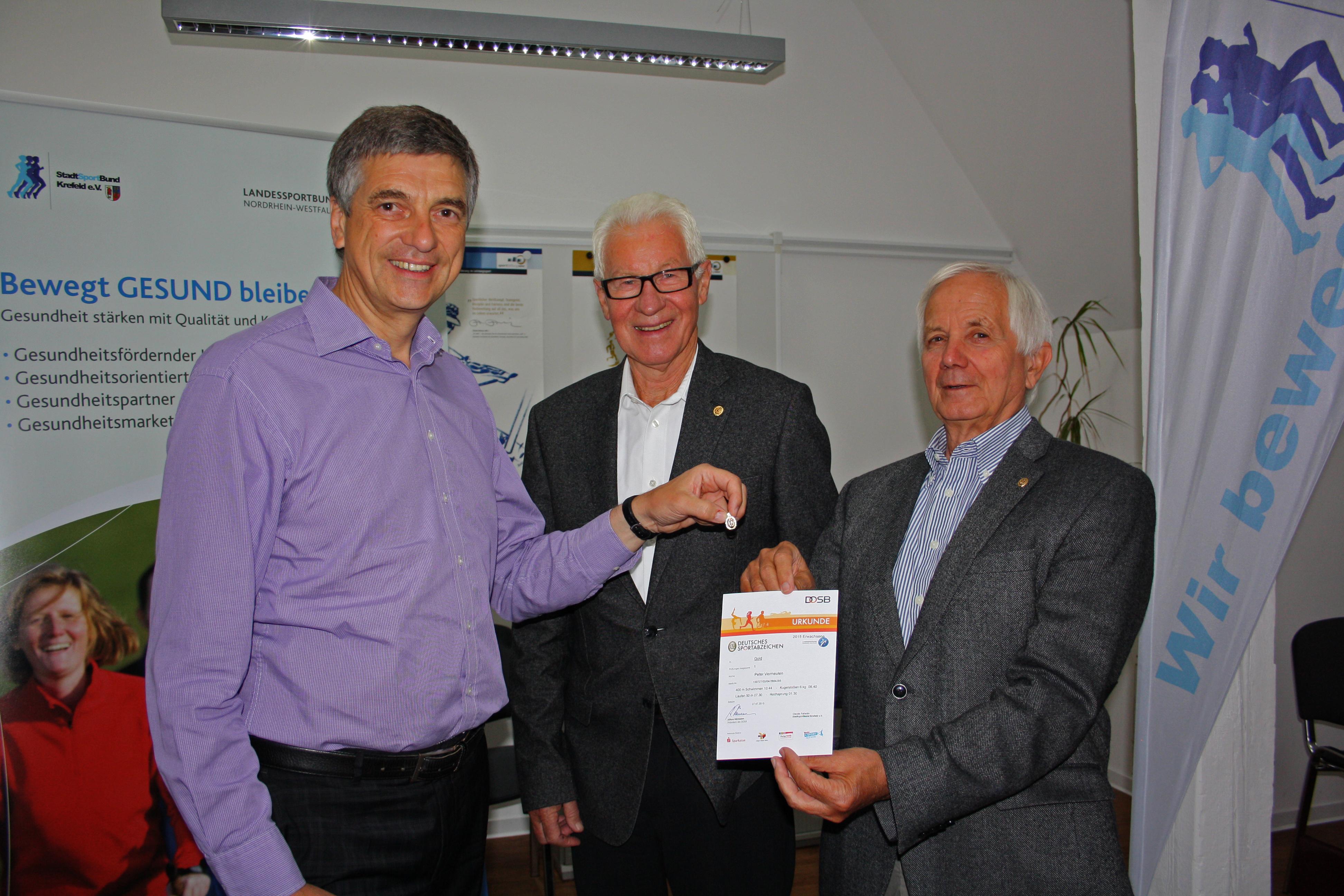 v.l. CDU-Oberbürgermeister-Kandidaten Peter Vermeulen, Dieter Hofmann und Jürgen Hütter Vorsitzender bzw. Geschäftsführer des Stadtsportbundes Krefeld (Foto: CDU Krefeld)