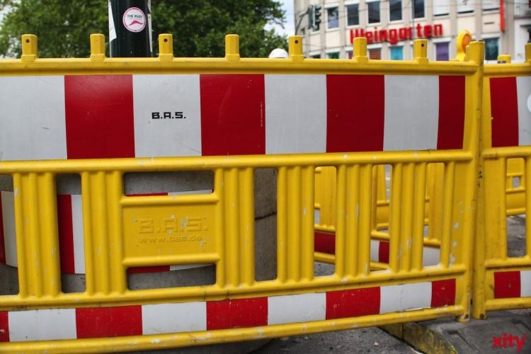 Auf der Münchener Straße ist im Bereich der Abfahrt auf die Forststraße die Fahrbahn punktuell abgesackt (Foto: xity)