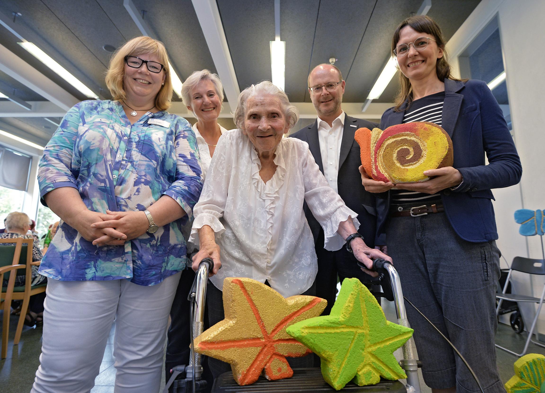 v.l. Dörthe Krüger, Ellen Weinebrod, Bewohnerin Sibille Stöffges, Dr. Günter Hilken sowie Yvonne Wilczynski. (Foto: Currenta)