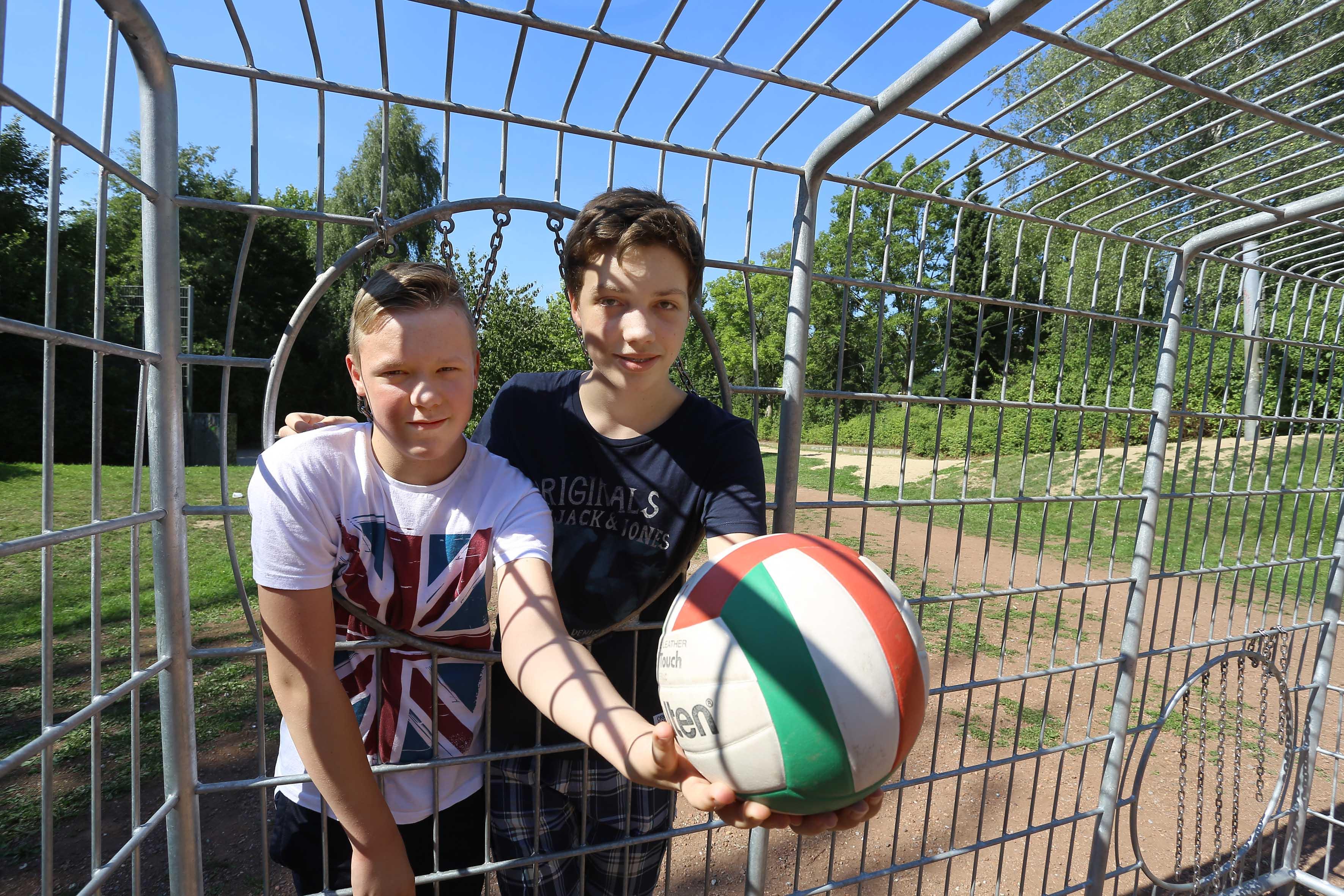 Die jungen Besucher des Spielplatzes Kempener Allee freuen sich über die neu aufgestellte Torwand. (Foto: Stadt Krefeld, Presse und Kommunikation)