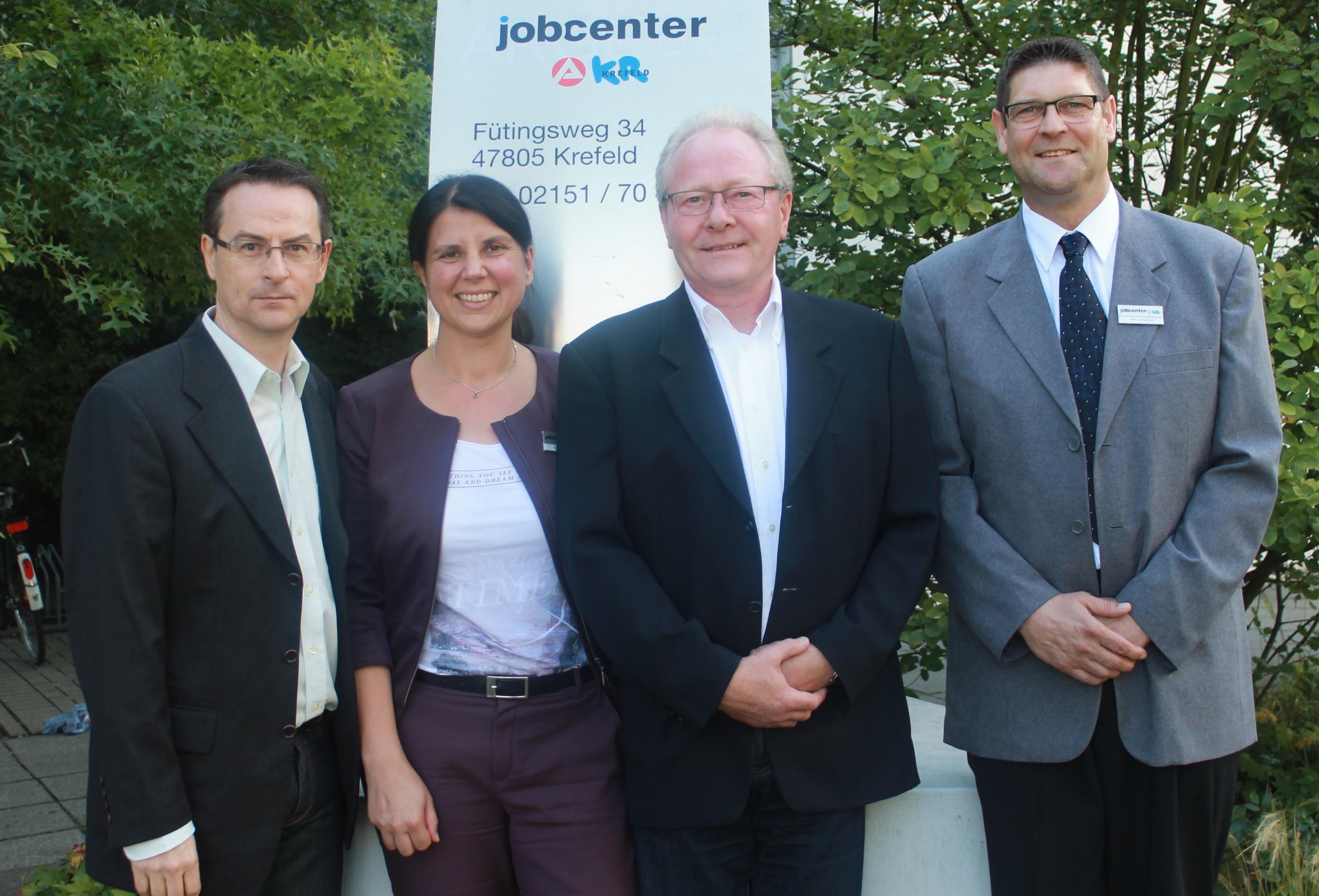 Tavin Lara Turanli, Geschäftsführerin des Jobcenters Krefeld, startet das Projekt mit (v.l) Jürgen Mengert, Dieter Suda, Dirk Gottschalk.(Foto: Agentur für Arbeit Krefeld)