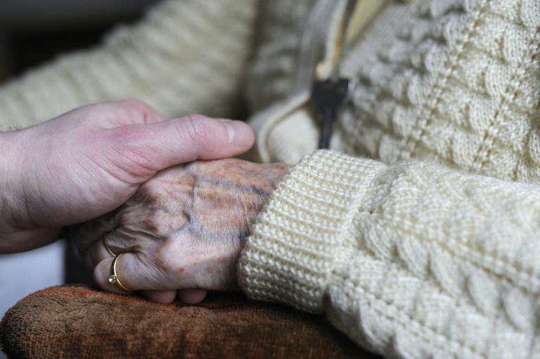 Pflege bringt Angehörigen große psychische Belastungen (© 2015 AFP)
