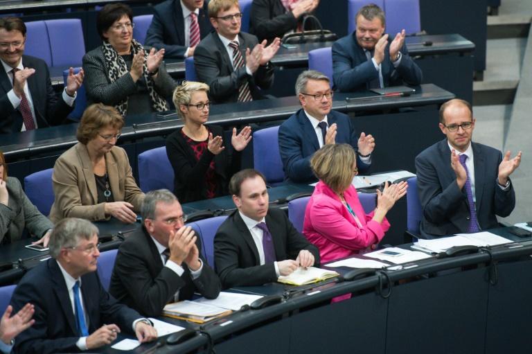 Abgeordnete sollen nun Zugang zu TTIP-Dokumenten bekommen (© 2015 AFP)