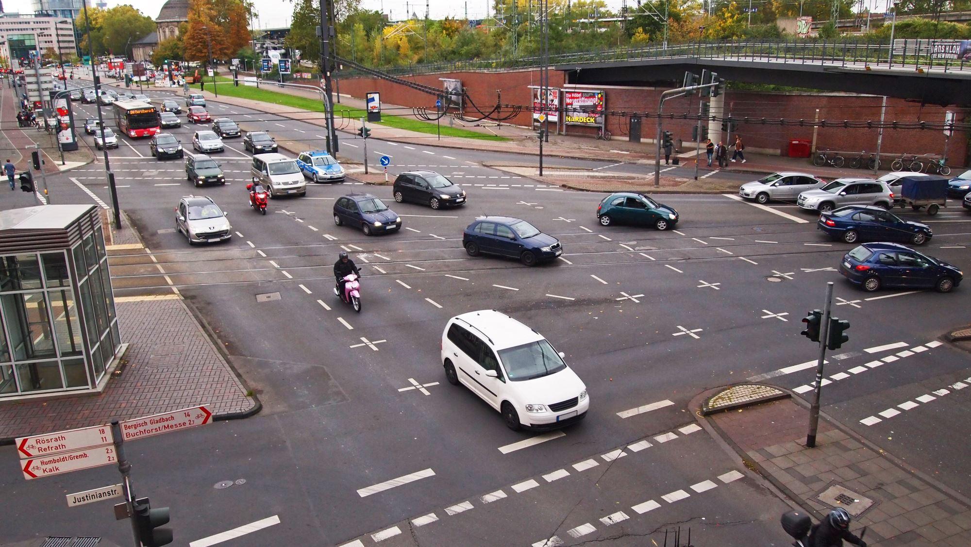 Rückstau: Kreuzung muss immer frei bleiben (Foto: TÜV Rheinland)