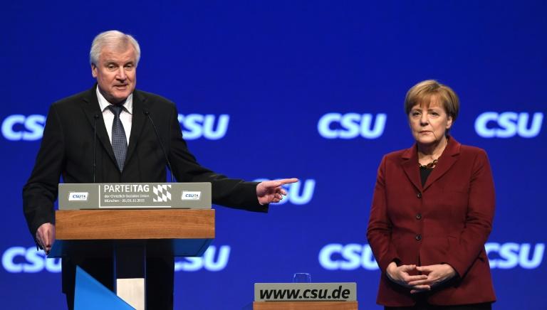 Seehofer rechtfertigt Kritik an Merkel bei CSU-Parteitag (© 2015 AFP)