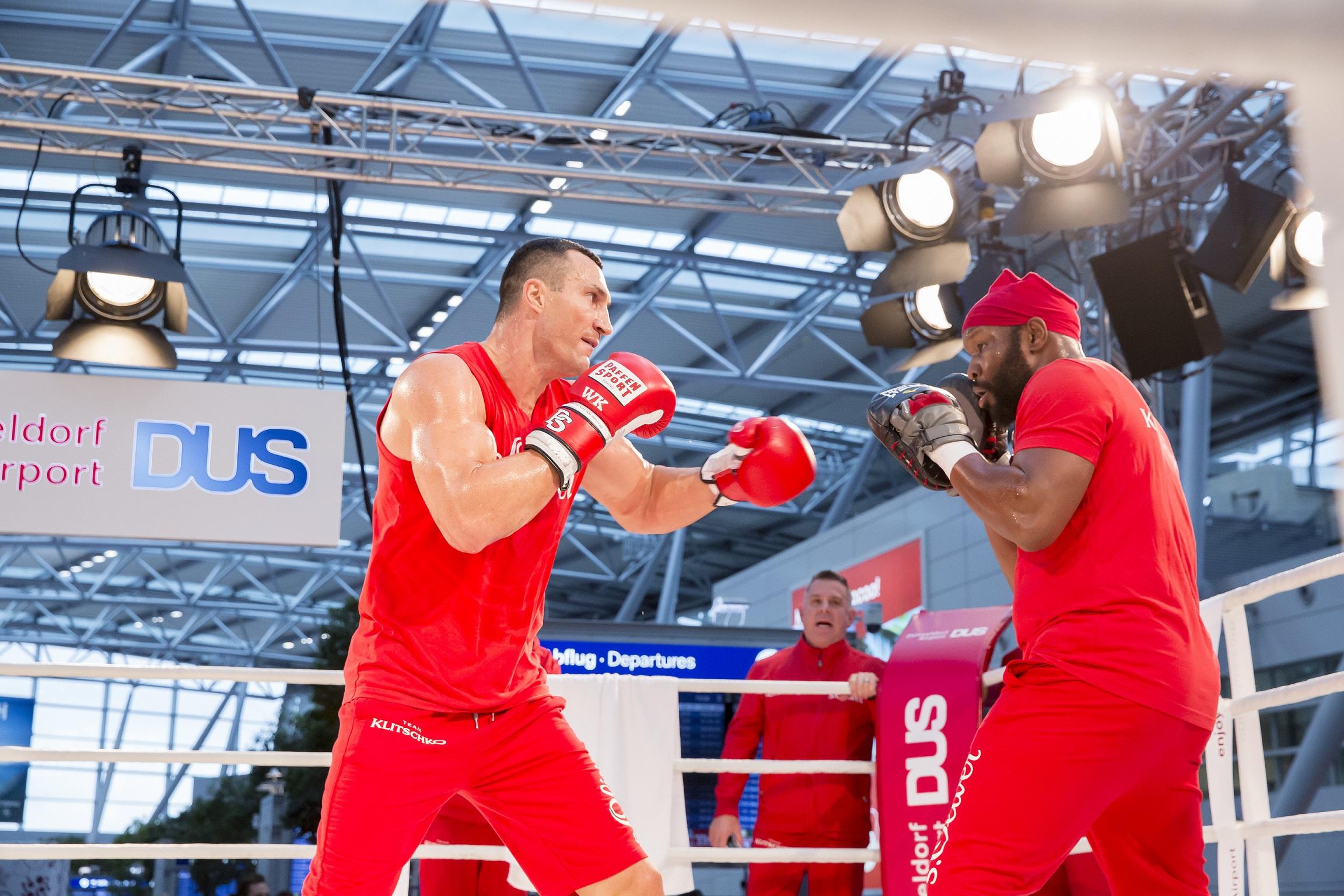 Klitschko und Fury absolvierten Workout am Flughafen (Foto: Düsseldorf Airport/Andreas Wiese)
