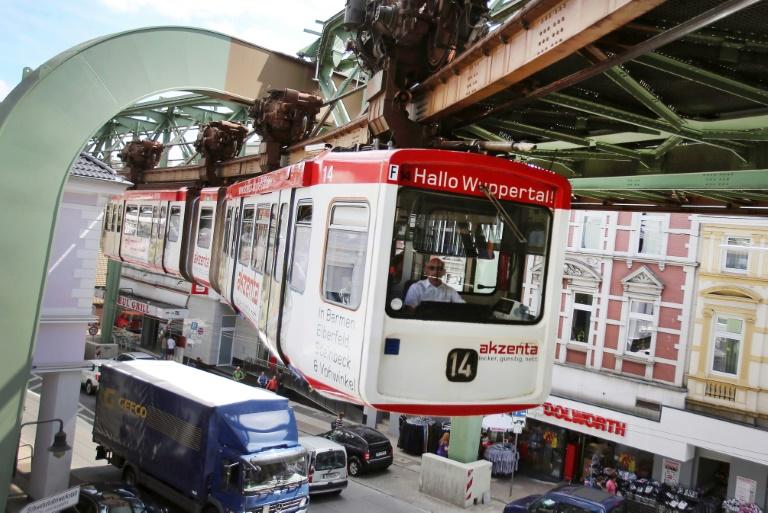 Wuppertaler Stadtwerke verschenken drei alte Schwebebahnen (© 2015 AFP)