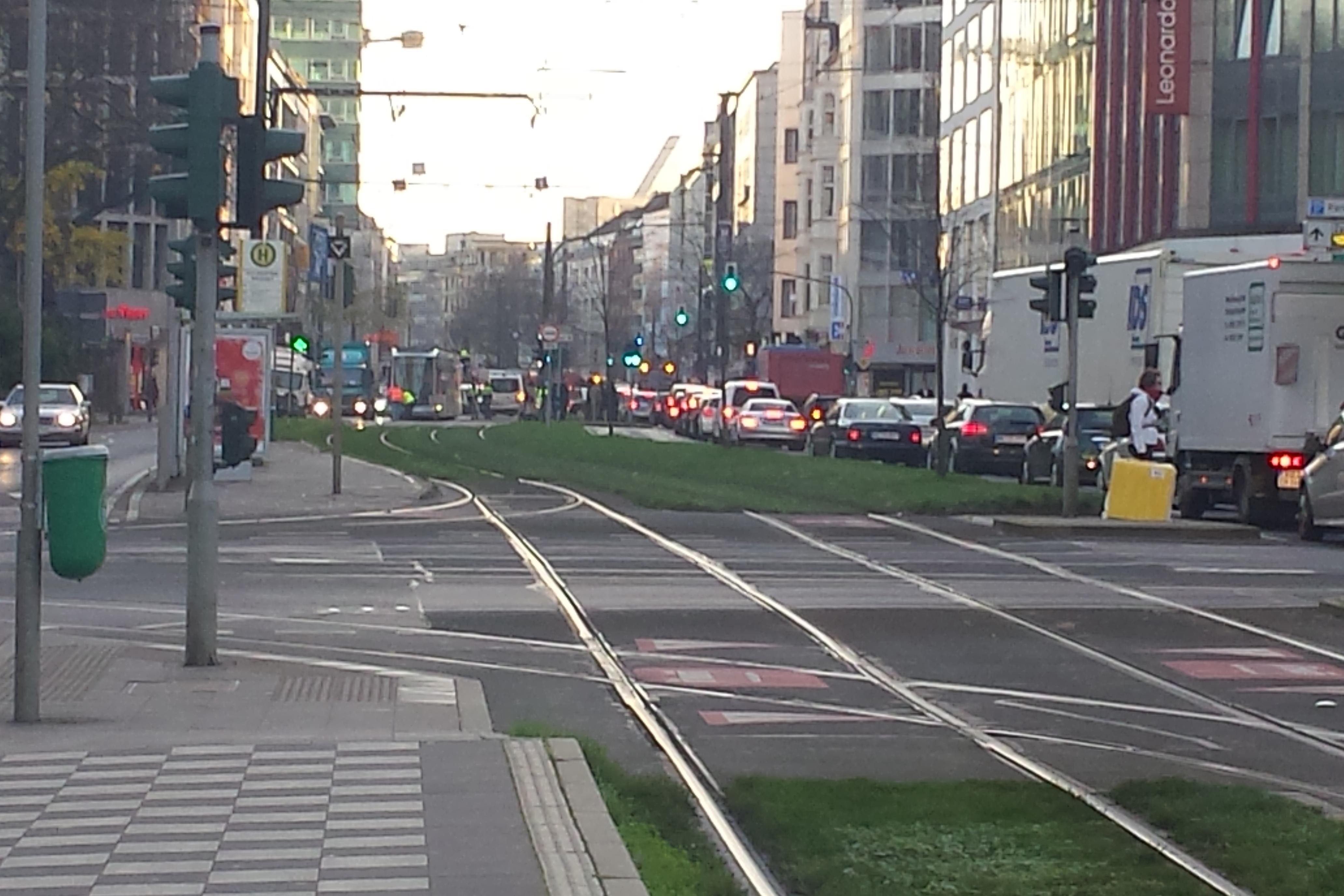Auf der Graf-Adolf-Straße stauen sich die Fahrzeuge (Foto: Privat)