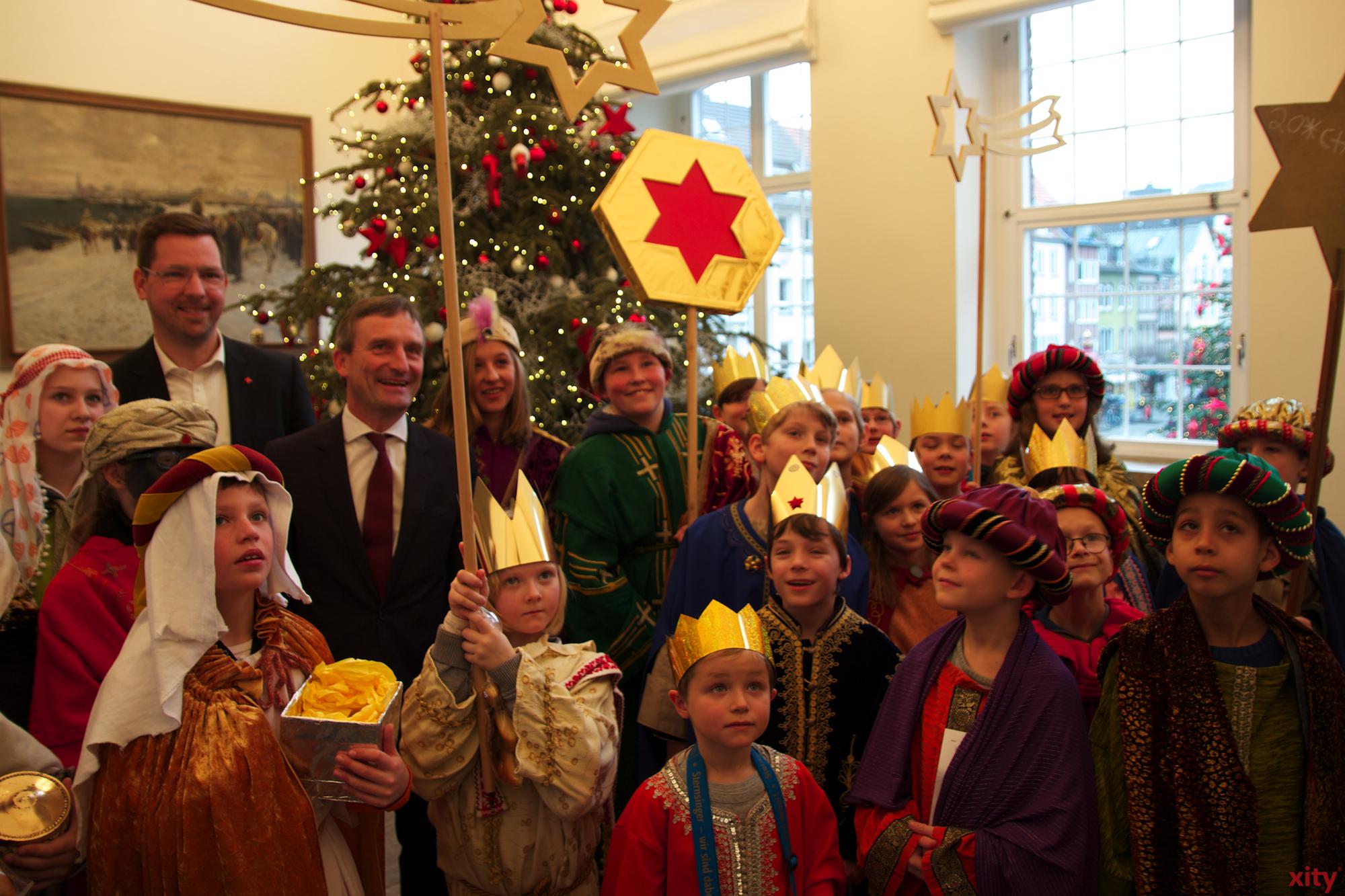 Rund 30 Sternsinger aus Düsseldorf kamen am Mittwoch, 6. Januar, zu Oberbürgermeister Thomas Geisel ins Rathaus (Foto: xity)