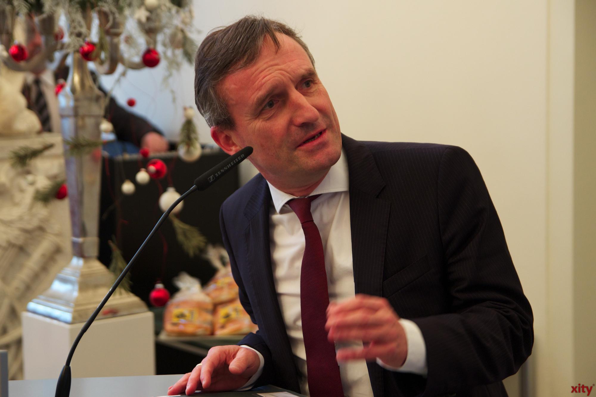 Als Dank für ihren Einsatz überreichte Oberbürgermeister Thomas Geisel jedem Kind ein sternförmiges Gebäckstück, das, wie in jedem Jahr, Bäckermeister Josef Hinkel hergestellt hat (Foto: xity)